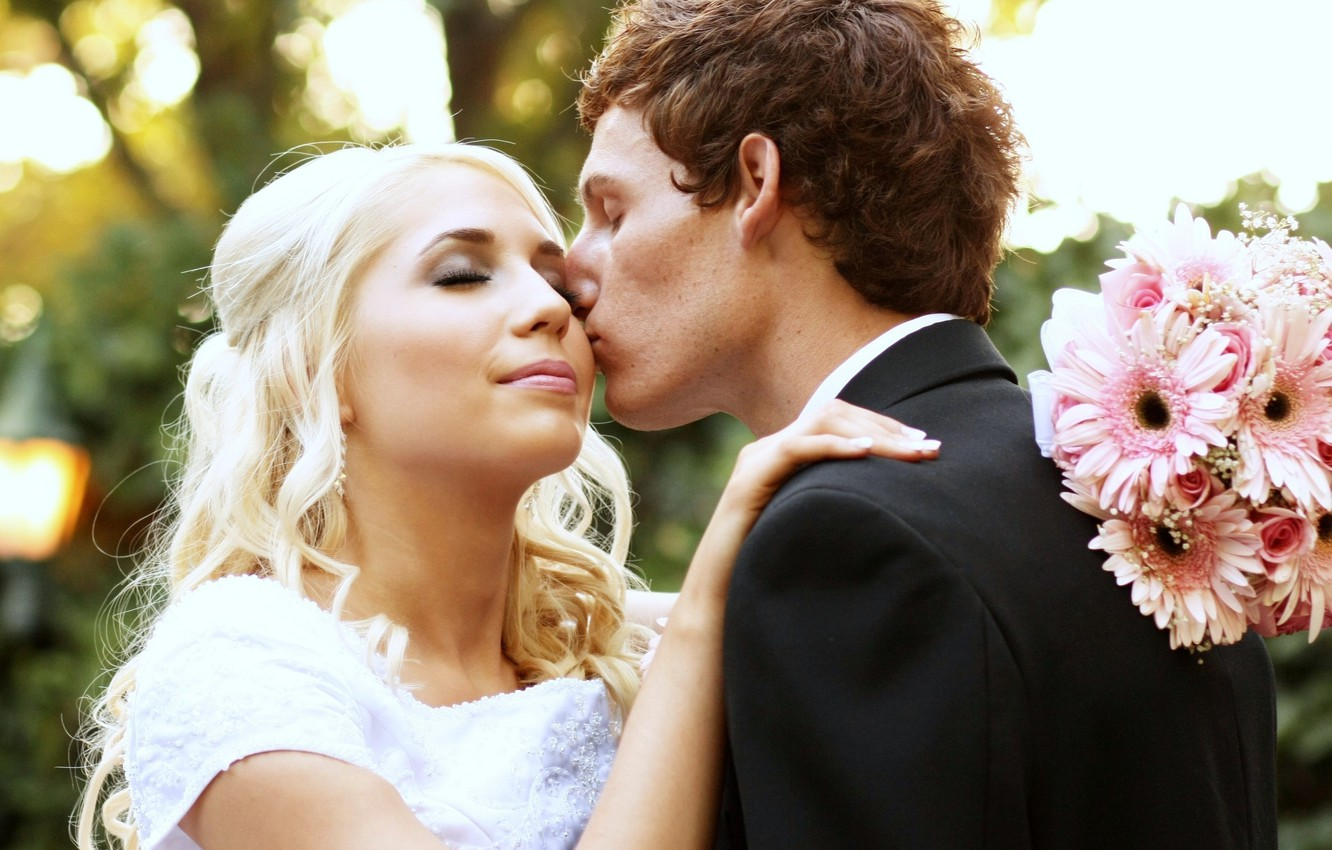 Photo wallpaper kiss, bouquet, blonde, the bride, the groom