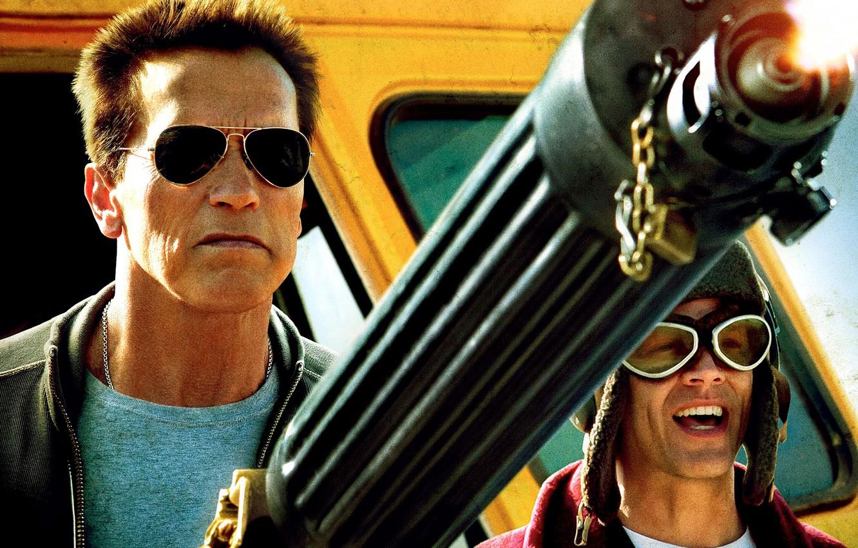 Photo wallpaper weapons, police, glasses, machine gun, bus, Arnold Schwarzenegger, Johnny Knoxville, Johnny Knoxville, Arnold Schwarzenegger, Return …